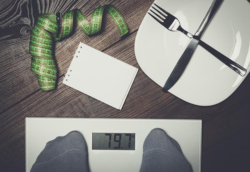 Concepto de dieta con escalas en el piso de De madera