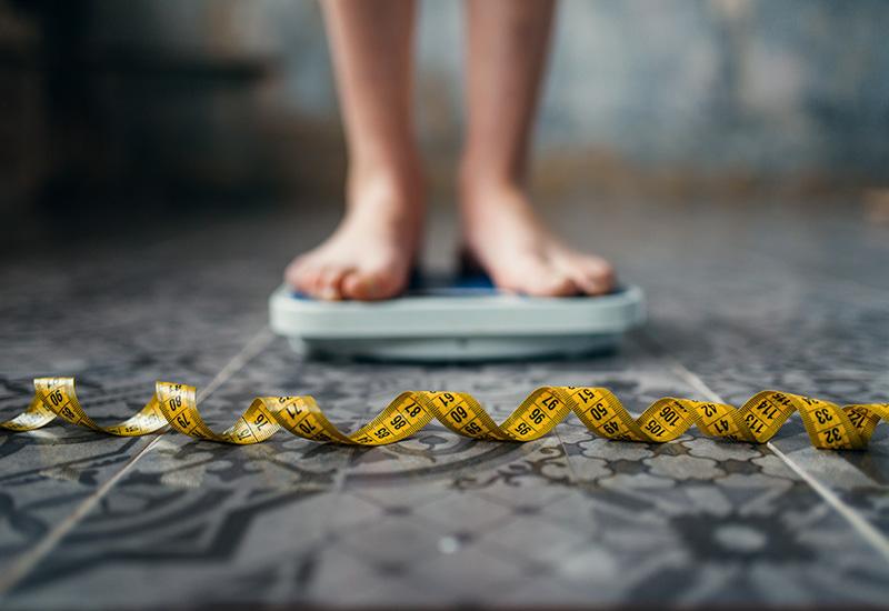 Pies Mujer en las escalas, Cinta métrica